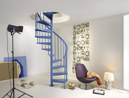 Fontanot presenta sus escaleras de caracol de fácil montaje y vibrantes colores