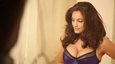 A Kelly Brook le intentan buscar novio por Facebook... para una campaña publicitaria