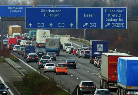 Alemania probará el transporte público gratuito en ciertas ciudades, pero no dejará que los fabricantes se relajen