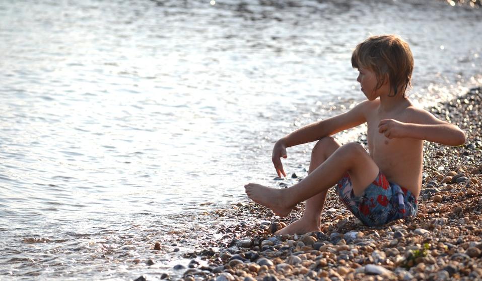"""Una madre alerta del """"síndrome del torniquete"""" en el pene por el uso de bañadores con rejilla: en qué..."""