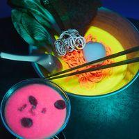 Nakurama-ke la experiencia multi sensorial de un ramen shop con comida fosforescente