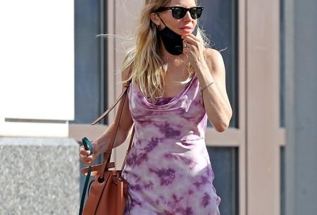 Sienna Miller tiene el vestido tie-dye que mejor queda con deportivas y el bolso de Loewe por el que todas suspiramos