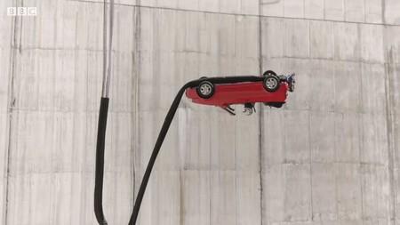 La nueva temporada de Top Gear inicia con un acto que ni Tom Cruise se atrevería a realizar