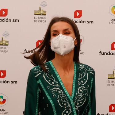 Doña Letizia luce el perfecto look de primavera con un vestido plisado