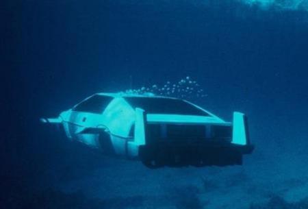 Lotus Esprit S1 bajo el agua.
