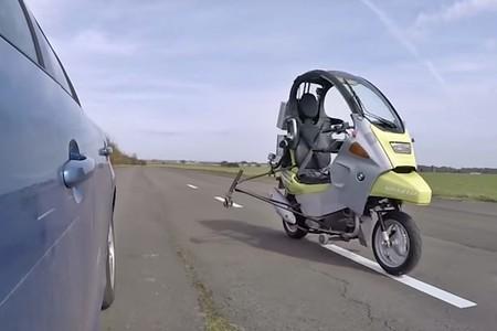 La conducción autónoma llegará a las motos: esta BMW C1 ya sabe moverse sola, adelantar y comunicarse
