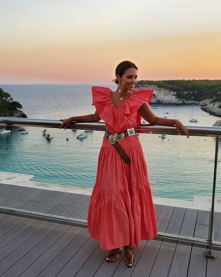Todo al coral: Paula Echevarría apuesta por un vestido ideal  de H&M rebajado (pero que ya se ha agotado)
