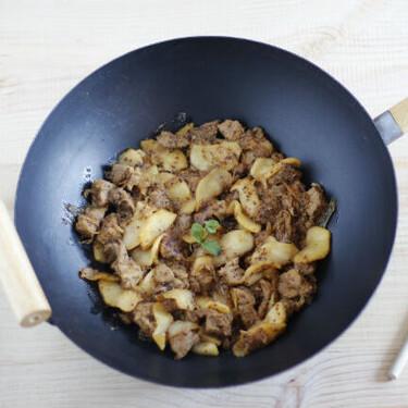 Wok o salteado de cerdo con mostaza y manzanas caramelizadas: receta sencilla y rápida
