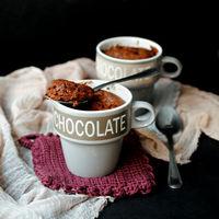 Bizcocho de helado de chocolate en taza, receta exprés para saciar las ganas de dulce