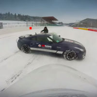 Este es el vídeo de un Nissan GT-R y un snowboarder en Spa-Francorchamps que querías ver hoy
