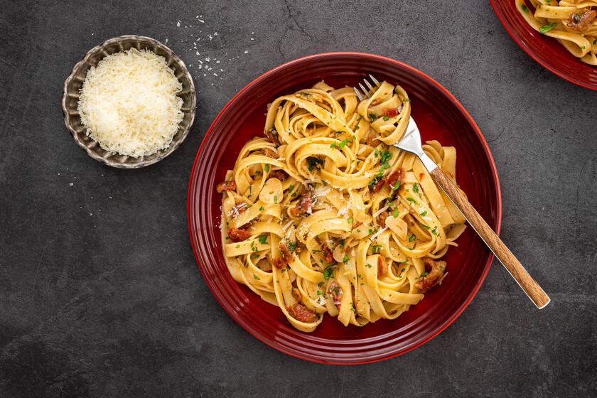 Pasta con salsa de mantequilla, ajo y tomates secos, la receta más fácil y rápida (que es una explosión de sabor)