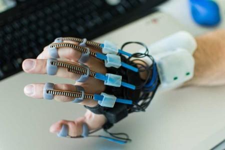 """Ya existen los guantes que """"traducirán"""" de lengua de signos a lengua escrita a través del móvil"""