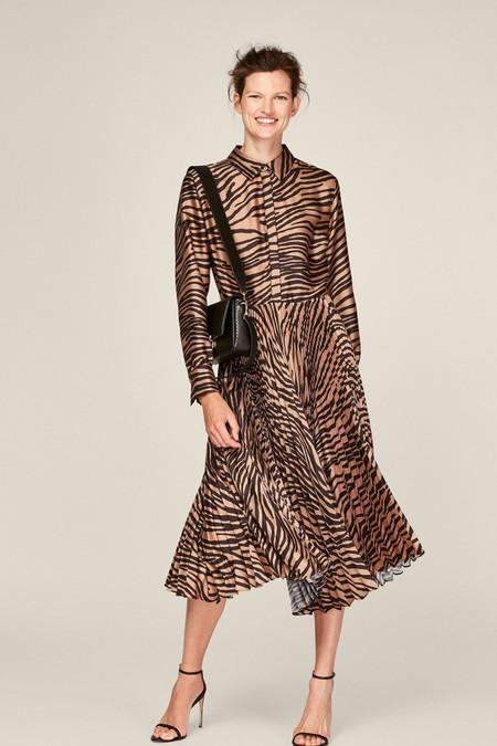 Vestido camisero de sarga con estampado de cebra y falda plisada.