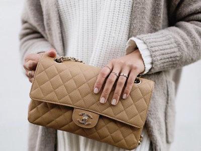 ¿Planteándote en romper la hucha para hacerte con un bolso clásico de Chanel? Piensa en color beige y no en negro