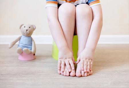 Trucos y recursos que ayudan a los niños a aprender a usar el WC de pie