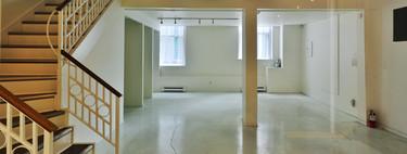 Tiendas vacías y pisos caros. ¿Resultado? Cada vez más gente está viviendo en locales comerciales
