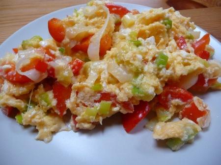 Cenas saludables para niños: revuelto de lenguado, pimientos y cebolla