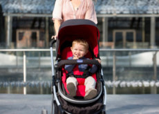 De paseo con tu bebé: ¿Qué es mejor que te mire o que mire al entorno?
