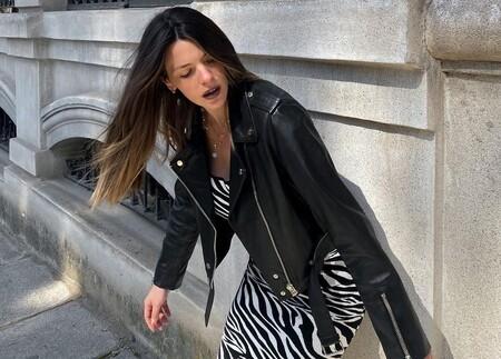 Qué fuerte que Laura Matamoros tenga ya la falda de Attico que estaba cantado que lo petaría entre las chicas de moda