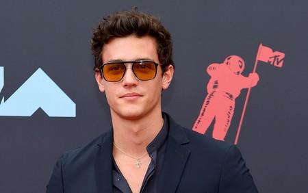Xavier Serrano lleva un cosmopolita y elegante look de verano  a los premios MTV VMAs