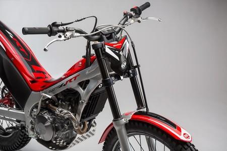 No, imitar a Toni Bou con la moto de trial en un garaje comunitario no está permitido durante el estado de alarma