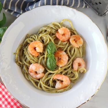 Espaguetis al pesto con gambas, receta italiana lista en diez minutos