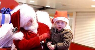El conmovedor gesto de Papá Noel que sorprende a una niña con problemas de audición