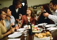 Ser un buen anfitrión: con invitados en casa, ¿a quién sirves primero el vino?