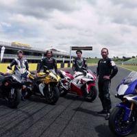 La familia da la bienvenida a la Yamaha YZF-R1 2015