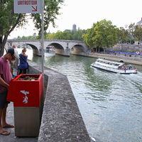 Orinar es una cuestión de género: la lucha de París contra sus urinarios públicos por sexistas
