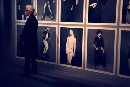 Karl Lagerfeld rinde homenaje a la chaqueta negra de Chanel, una prenda irrepetible