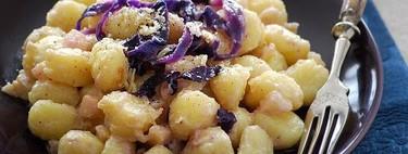 Ñoquis en salsa de mascarpone, pera y lombarda: receta de sabor dulzón
