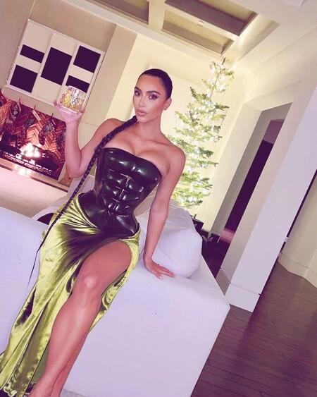 Kim Kardashian celebra la Navidad con un atrevido look verde y una trenza infinita (que ya lució en su día Kylie Jenner)