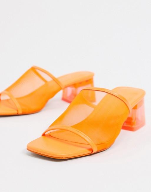 Mules de tacón en naranja.