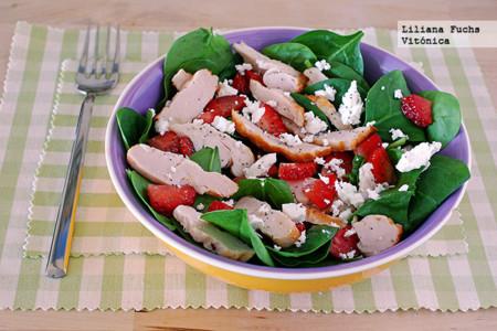 Ensalada de brotes de espinaca con pollo asado, fresas y queso de cabra. Receta saludable