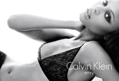 La primera imagen de Zoe Saldana como imagen de Calvin Klein Underwear