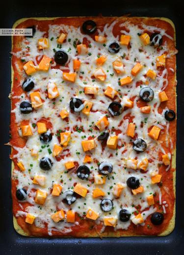 Pizza socca con harina de garbanzos. Receta fácil, vegetariana y sin gluten