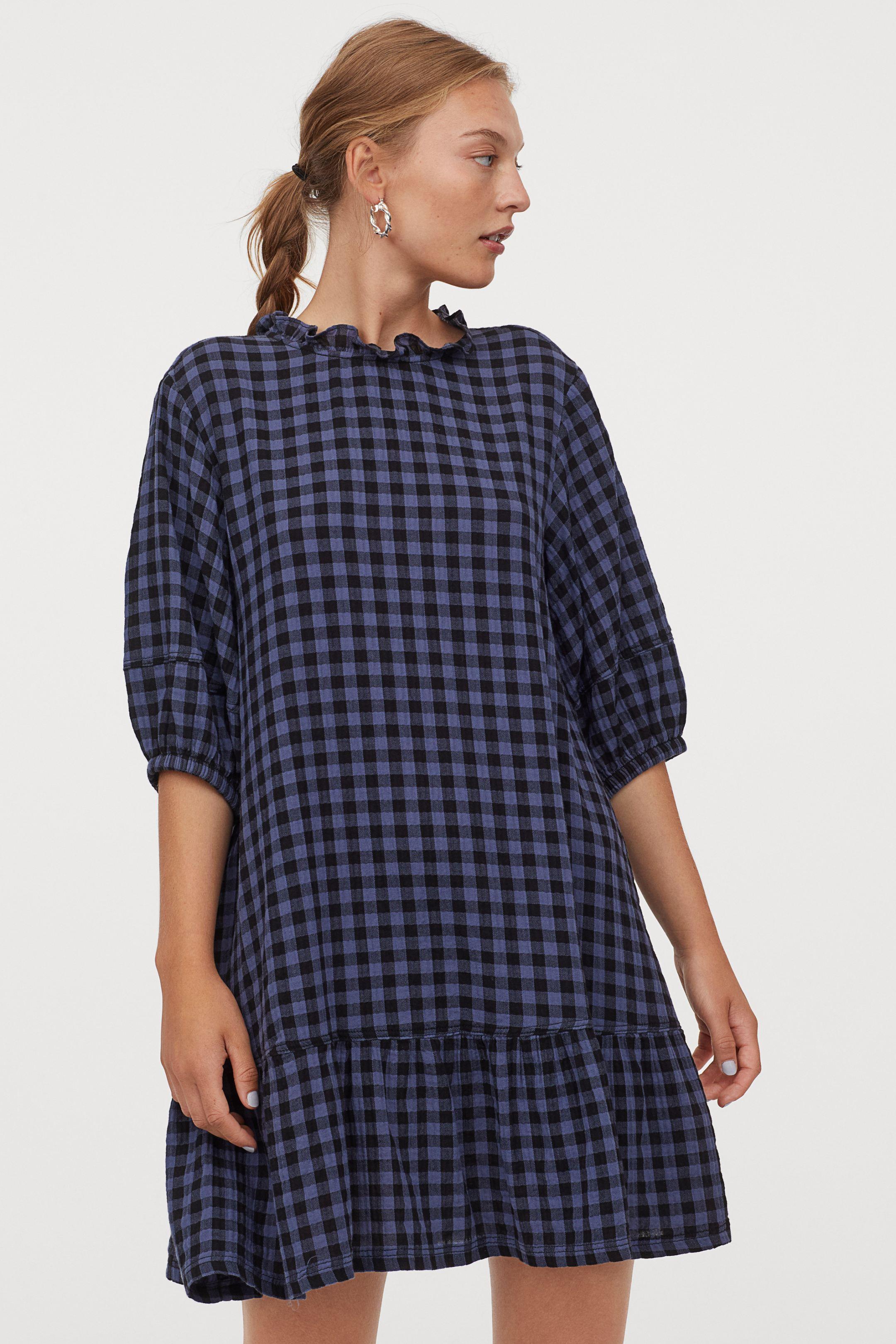 Vestido de algodón de cuadros y detalle de volante en la falda