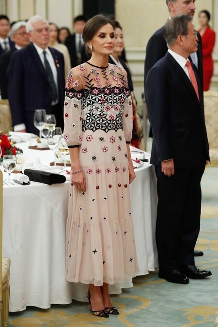 https://www.trendencias.com/moda-famosas/dona-letizia-escoge-uno-sus-looks-impresionantes-dia-hispanidad-2019