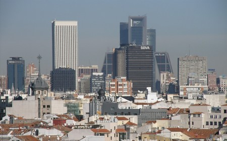 ¡Por fin se protege la arquitectura moderna! La Torre del BBVA de Madrid será Bien de Interés Cultural