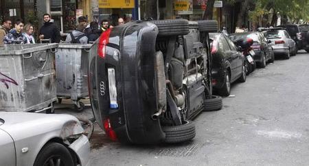 Si aparcas en doble fila te pueden volcar el coche