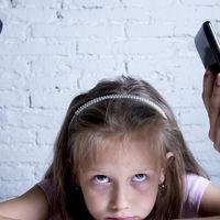 Solos en compañía: cómo los móviles han cambiado el tiempo en familia