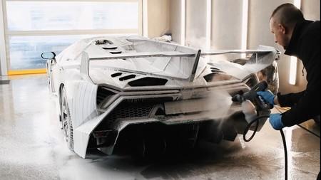 Seis vídeos para quedarse hipnotizado con el detallado de coches de lujo: así se cuidan los coches más caros del mundo