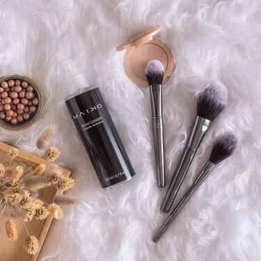 Hemos descubierto un estupendo spray limpiador de brochas   de maquillaje que no solamente limpia, sino que también desinfecta