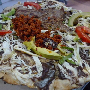Tlayuda oaxaqueña de tasajo con chapulines. Receta fácil de comida tradicional mexicana
