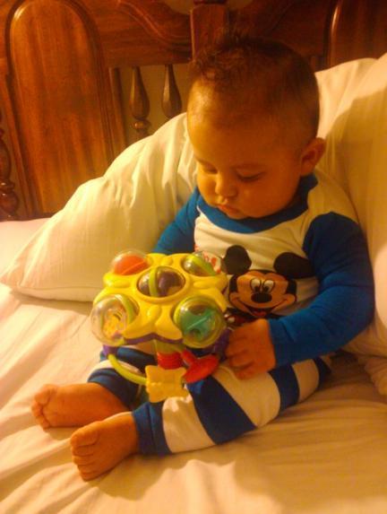 La foto de tu bebé: Alexander con su juguete favorito