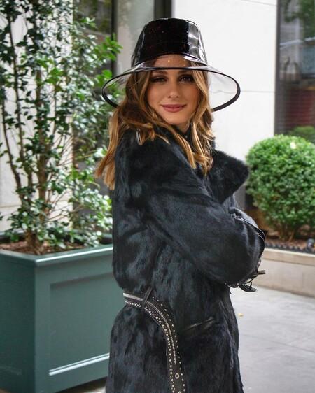 Con falda plisada de Zara y botas militares, creamos el look todoterreno de Olivia Palermo con prendas de rebajas