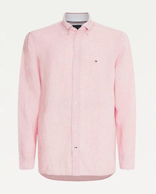 Camisa slim fit confeccionada en lino, perfecta para una época del año más calurosa . Color rosa con logo bordado al pecho y botón al cuello.
