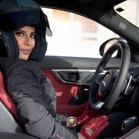 Aseel Al-Hamad pilota por primera vez en Arabia Saudí y pide que no se olvide lo que ha costado este privilegio