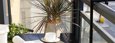 Mesas para colgar de la barandilla y disfrutar de tu balcón, por pequeño que sea